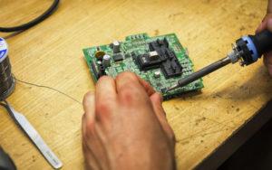 dettaglio microchip saldato vne 300x188 - dettaglio microchip saldato - VNE - vne -